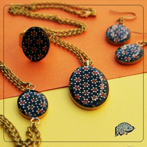 زیورآلات خاتم از دسته محصولات زیبا و سنتی و همچینین به دلیل کار دست است بسیار ارزشمند می باشد.ساخته شده دست هنر مندان شیرازی می باشدجنس کار از خاتم