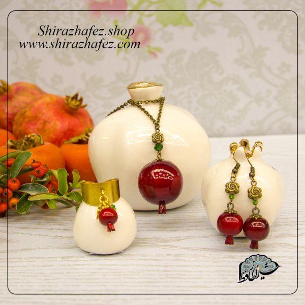 ست زیورآلات اناربه عنوان زیورآلات چوبی محصولی از صنایع شیراز است که از هنر پیکر تراشی پدید آمده است . این هنر ، پیکرتراشی روی چوب افرا و چنار است،