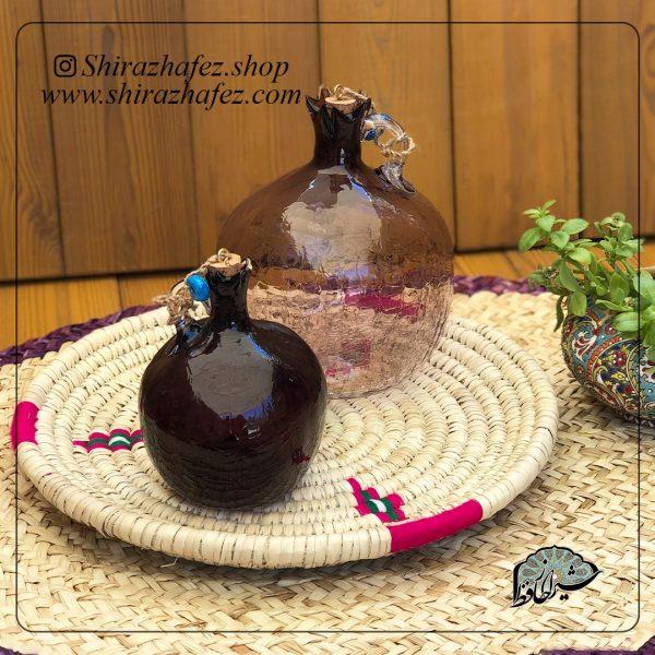 بطری انار بنفش از جنس شیشه ، یکی از محصولات فروشگاه آنلاین صنایع دستی شیراز حافظ ، که هم جنبه ی زینتی دارد و هم میتواند مورد استفاده قرار بگیرد . محصولات شیشه و کریستال از محبوبیت خاصی در بین خریداران برخوردار هستند .