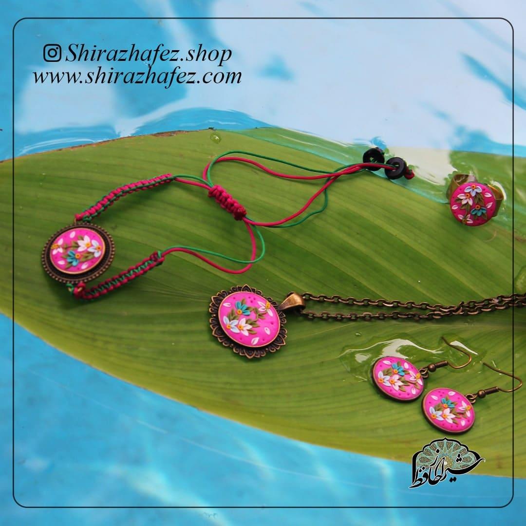 ست سیاه مشق از جنس سرامیک و لعاب دار . یکی از محصولات فروشگاه آنلاین صنایع دستی شیراز حافظ ، که هم جنبه ی زینتی دارد و هم میتواند مورد استفاده قرار بگیرد .