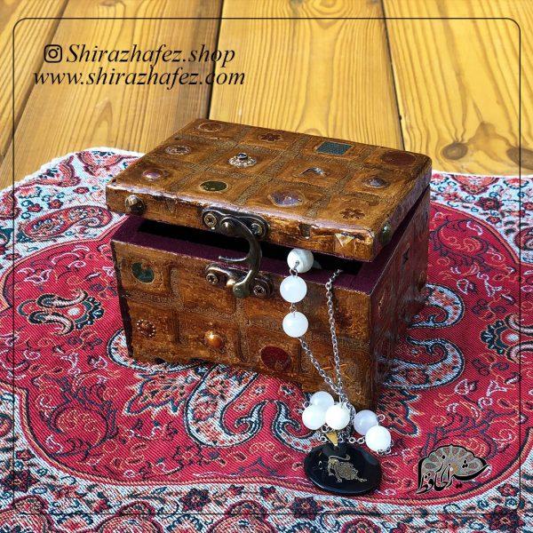 جعبه چرم ساخته شده از چرم طبیعی ،خرید آنلاین صنایع دستی چرمی در فروشگاه آنلاین صنایع دستی شیراز حافظ . عرضه کننده محصولات دکوراتیو و کاربردی