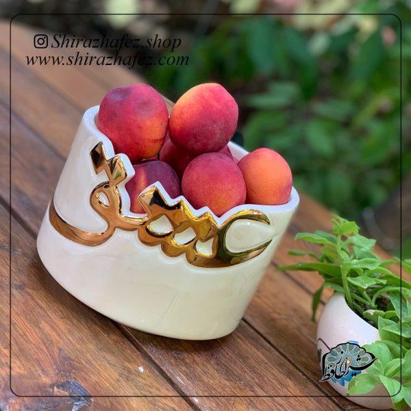 ظروف لاستر طلا(عشق)از جنس سرامیک و لعاب دار لاستر طلا کار شده است. یکی از محصولات فروشگاه آنلاین صنایع دستی شیراز حافظکه هم جنبه ی زینتی دارد