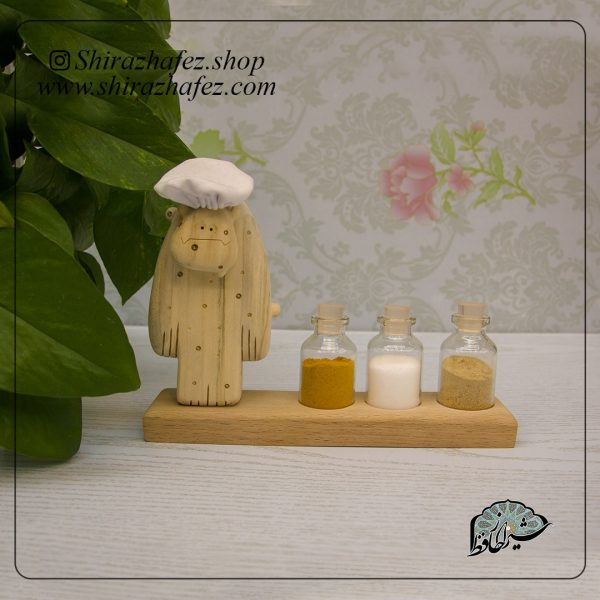 جا ادویه دیو سر آشپز 02ه عنوان دکور چوبی محصولی از صنایع شیراز است که از هنر پیکر تراشی پدید آمده است . این هنر ، پیکرتراشی روی چوب افرا و چنار است،