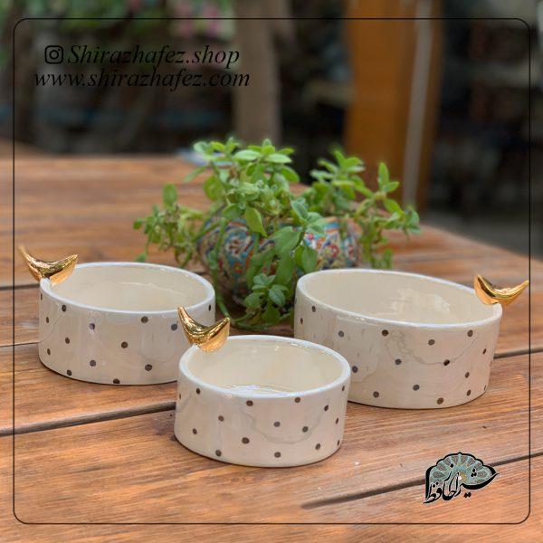 ست چای خوری سرامیکی از جنس سرامیک و لعاب دار . منقوش به سبک سیاه مشق یکی از محصولات فروشگاه آنلاین صنایع دستی شیراز حافظ ، که هم جنبه ی زینتی دارد
