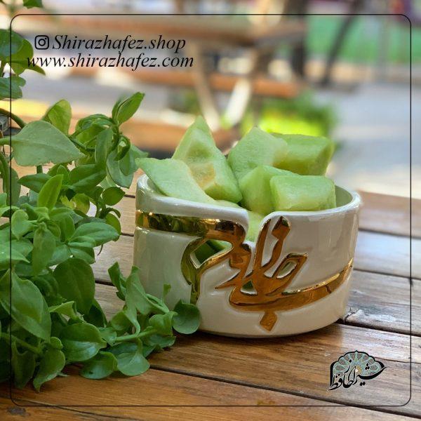 ظروف لاستر طلا(جان دلی)از جنس سرامیک و لعاب دار لاستر طلا کار شده است. یکی از محصولات فروشگاه آنلاین صنایع دستی شیراز حافظ ، که هم جنبه ی زینتی دارد