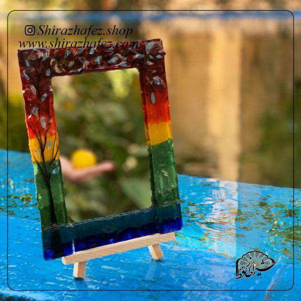 آینه رو میزی همجوشی کد 09، محصولی فانتزی و زیبا از صنایع دستی ایران که از هنر همجوشی شیشه پدید آمده است .آینه رو میزی همجوشی کد 09را میتوانید بر روی سه پایه