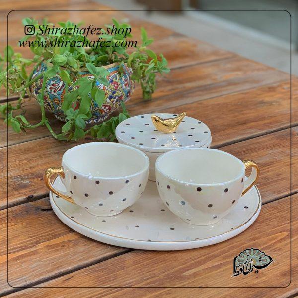 ست چای خوری سرامیکی از جنس سرامیک و لعاب دار . منقوش به سبک سیاه مشق یکی از محصولات فروشگاه آنلاین صنایع دستی شیراز حافظ می باشد