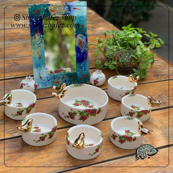 ست کامل سفره هفت سین گل سرخی از جنس سرامیک و لعاب دار . منقوش به گلهای ظریف سرخ رنگ یکی از محصولات فروشگاه آنلاین صنایع دستی شیراز حافظ
