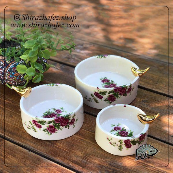 ست کاسه گل سرخی از جنس سرامیک و لعاب دار . منقوش به سبک گل سرخی یکی از محصولات فروشگاه آنلاین صنایع دستی شیراز حافظ ، که هم جنبه ی زینتی دارد