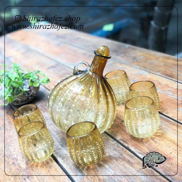 ست بطری و لیوان عسلی از جنس شیشه ، یکی از محصولات فروشگاه آنلاین صنایع دستی شیراز حافظ ، که هم جنبه ی زینتی دارد و هم میتواند مورد استفاده قرار بگیرد . محصولات شیشه و کریستال از محبوبیت خاصی در بین خریداران برخوردار هستند .
