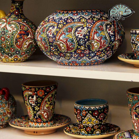 فروشگاه صنایع دستی شیراز حافظ ، ارائه دهنده ی صنایع دستی مرغوب ، زیبا و اصیل ایرانی است که از سال 98 فعالیت خود را در جوار آرامگاه حافظ آغاز کرده است