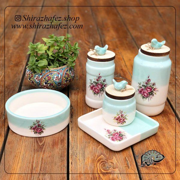 ست کامل بانک های آبی از جنس سرامیک و لعاب دار . منقوش به گلهای آبی یکی از محصولات فروشگاه آنلاین صنایع دستی شیراز حافظ ، که هم جنبه ی زینتی دارد