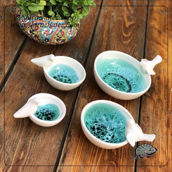 مجموعه کاسه پرنده از جنس سرامیک و لعاب دار . منقوش به گلها آبی رنگ یکی از محصولات فروشگاه آنلاین صنایع دستی شیراز حافظ ، که هم جنبه ی زینتی دارد