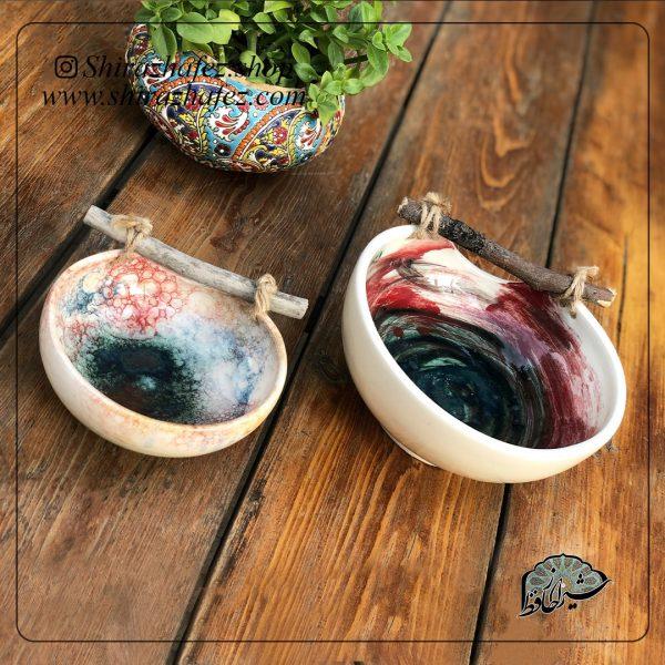 کاسه سرامیکی کد 06دسته چوبی از جنس سرامیک و لعاب دار . یکی از محصولات فروشگاه آنلاین صنایع دستی شیراز حافظ ، که هم جنبه ی زینتی دارد