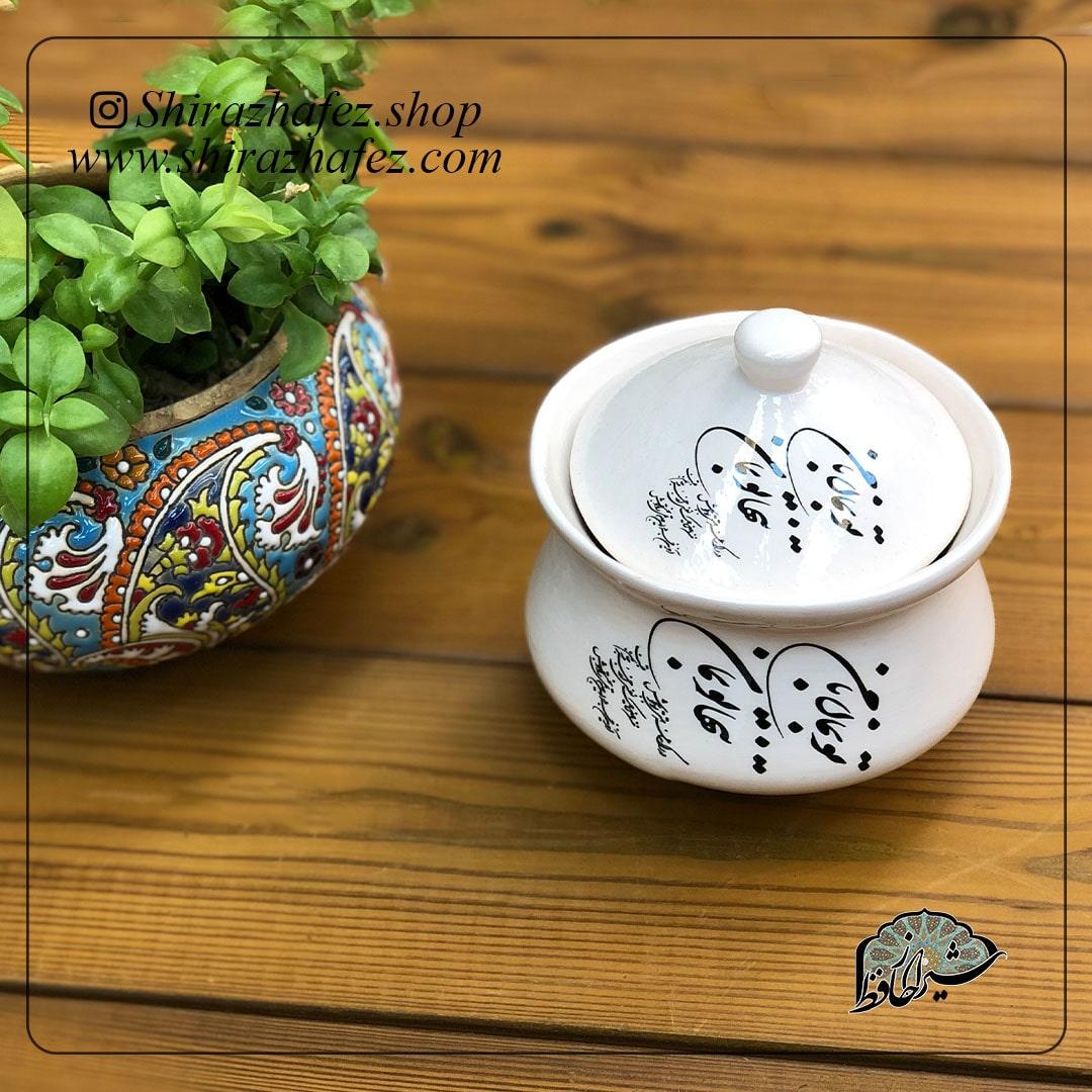 قندان سیاه مشق از جنس سرامیک و نقشی زیر لعابی کار شده است. یکی از محصولات فروشگاه آنلاین صنایع دستی شیراز حافظ ، که هم جنبه ی زینتی دارد و هم میتواند