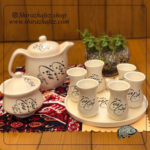 ست چای خوری تنها تو بمان از جنس سرامیک و لعاب دار لاستر طلا کار شده است. یکی از محصولات فروشگاه آنلاین صنایع دستی شیراز حافظ ، که هم جنبه ی زینتی دارد
