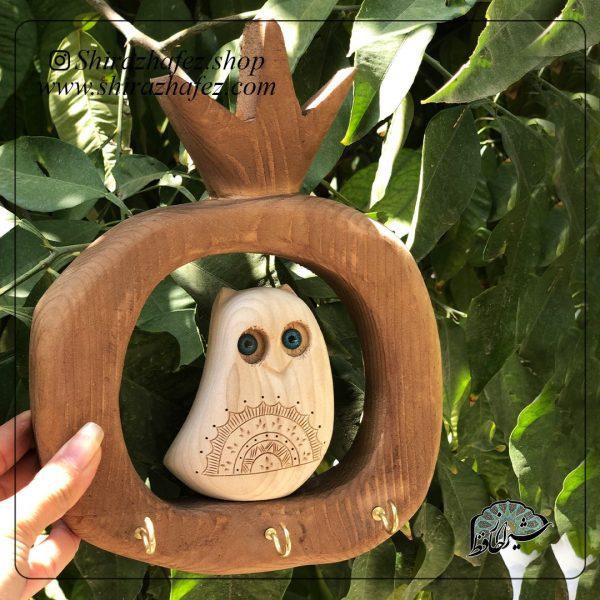 جاکلیدی جغد تک به عنوان دکور چوبی محصولی از صنایع شیراز است که از هنر پیکر تراشی پدید آمده است . این هنر ، پیکرتراشی روی چوب افرا و چنار است،